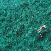 Surf-trip pour @maudlecar ce week-end 🏄♀️ Et vous, c'est quoi le programme ? Chill sur un transat ou sorties terrasse entre filles ? 👭 ∙ ∙ #soleildesiles #beautycare #suncare #skincare #surf #sea #weekend #sunshine #moodoftheday #sunaddict #beach